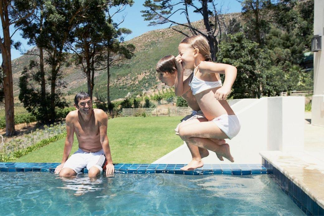 Alt HomeExchange_swimming-pool_family_kids, title HomeExchange_swimming-pool_family_kids