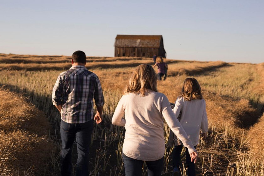 homeexchange-family-vacation-kids-stroll-countryside