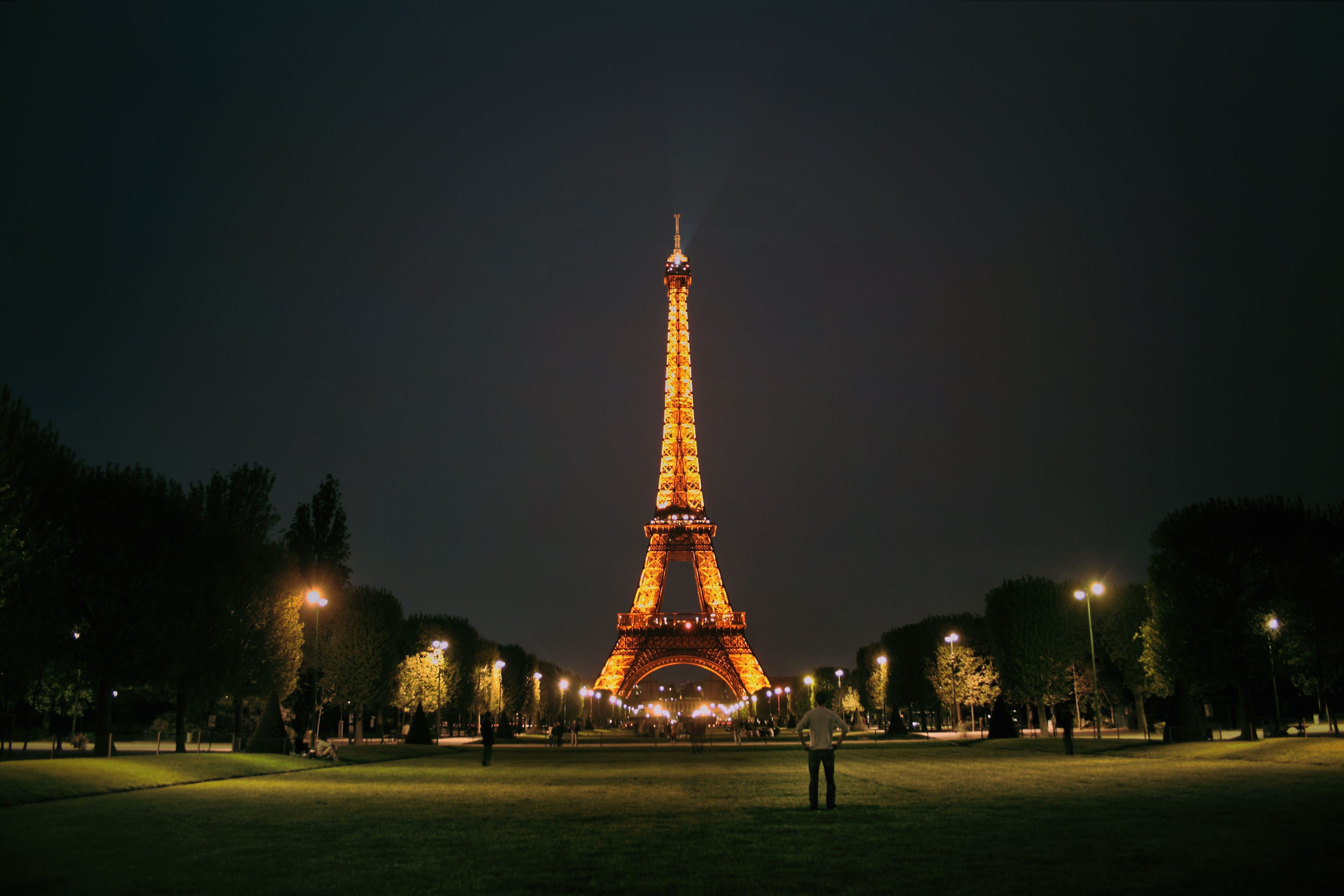 GuestToGuest, home exchange, sharing economy, beautiful places at night, eiffel tower paris